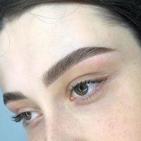 Актуальная форма бровей и макияж глаз